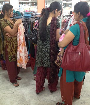 Nepal : 女性の服からみる社会 What you can tell from women's fashion