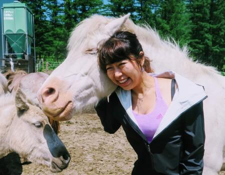 北海道観光:可愛い仔馬と戯れてピクニック