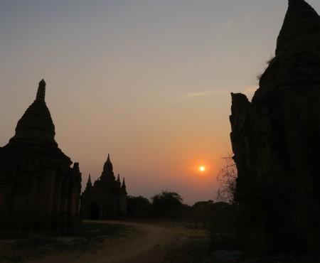 Bagan,Myanmar 朝日と夕日とEバイクとアーティストの彼。